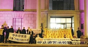 「迫害一天不停止,抗議一天不結束」。12年來,倫敦法輪功學員分時段在中國領館前輪流靜坐,自願參與,堅持至今。(新紀元)