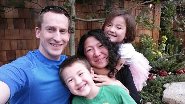 馬克夫婦和兒子、女兒的幸福合影(明慧網)