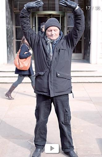 《八萬七千六百六十》攝影專輯中的法輪功學員托尼的照片。(攝影╱菲爾.歌勒)