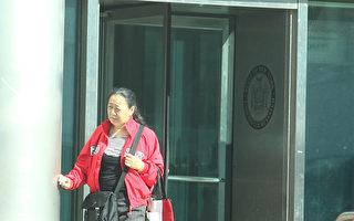 在纽约法拉盛多次参与围攻、谩骂法轮功学员,并因攻击法拉盛居民程长河被皇后区检察官刑事起诉,图为2011年11月18日,李华红在法庭聆讯后黯然步出皇后郡刑事法庭。 (杜国辉∕大纪元)