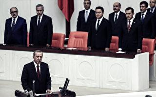 土耳其第12任总统艾尔段(前)28日在国会宣誓就职。(ADEM ALTAN/AFP)