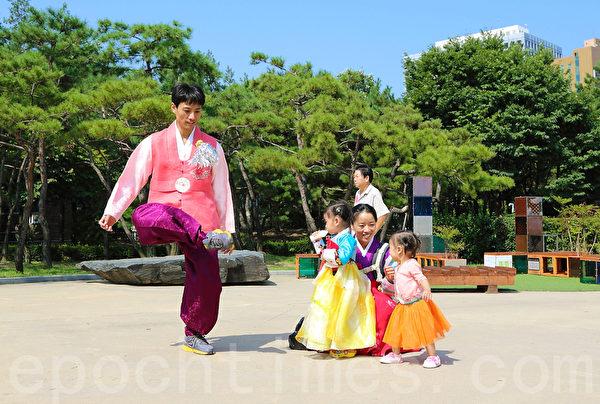 韩国中秋节传递亲情的那种温馨和各类传统的民俗活动,吸引中国游客。(全宇/大纪元)