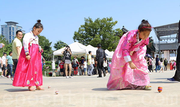 韓國中秋節傳遞親情的那種溫馨和各類傳統的民俗活動,吸引中國遊客。(全宇/大紀元)