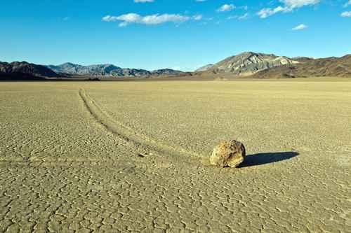 """在美国加州死亡谷,那里的石头自己懂得在茫茫沙漠上""""走路""""。(fotolia)"""