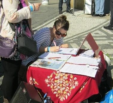 民眾在呼籲制止迫害法輪功的請願信上簽字(明慧網)