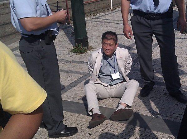 因對法輪功學員施暴而被捷克警察銬住的中使館官員(明慧網)