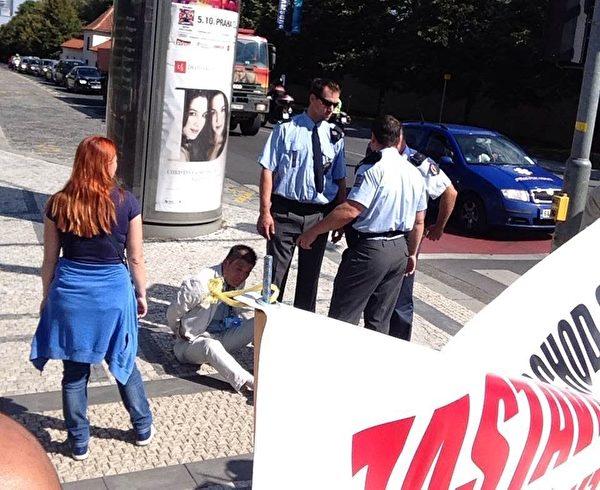 中使館官員被捷克警察銬在地上(明慧網)