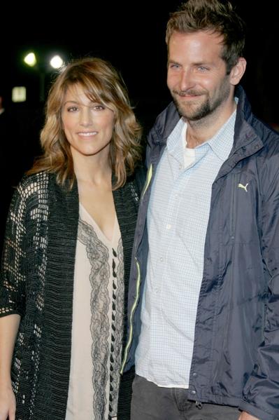 好莱坞影星布拉德利·库珀(Bradley Cooper)与詹妮弗·艾斯波西多(Jennifer Esposito)合影于2006年。(Frazer Harrison/Getty Images)