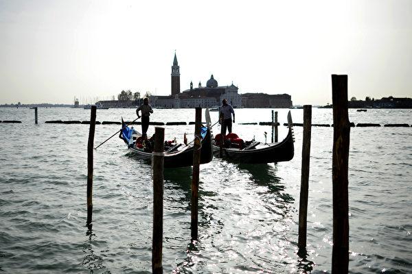 威尼斯船夫划着贡朵拉。(OLIVIER MORIN/AFP/Getty Images)