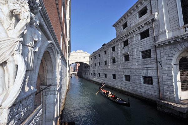 贡朵拉通过威尼斯叹息桥。(ANDREA PATTARO/AFP)