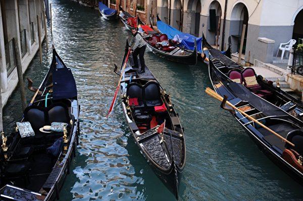 贡朵拉船行驶在威尼斯运河。(OLIVIER MORIN/AFP)