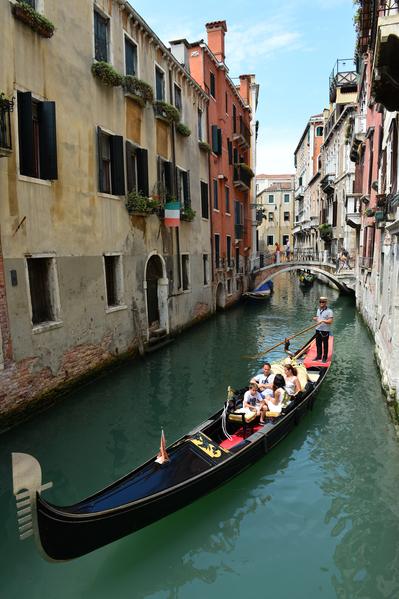 游客乘贡朵拉游威尼斯。(GIUSEPPE CACACE/AFP)