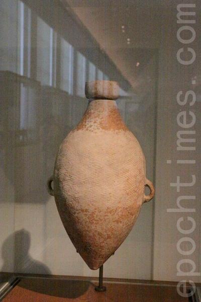 公元4800年前的红陶尖底瓶。来自陕西仰韵文化中半坡遗址文物。被法国人Christian DEYDIER于1990年收藏。(吴沃/大纪元)
