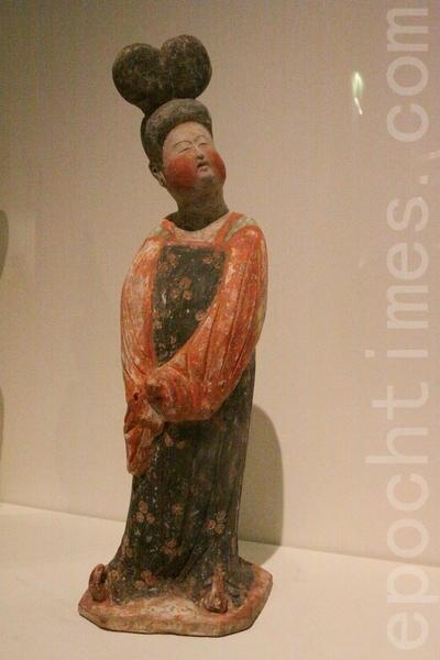 唐朝八世纪的彩绘女陶俑。(吴沃/大纪元)
