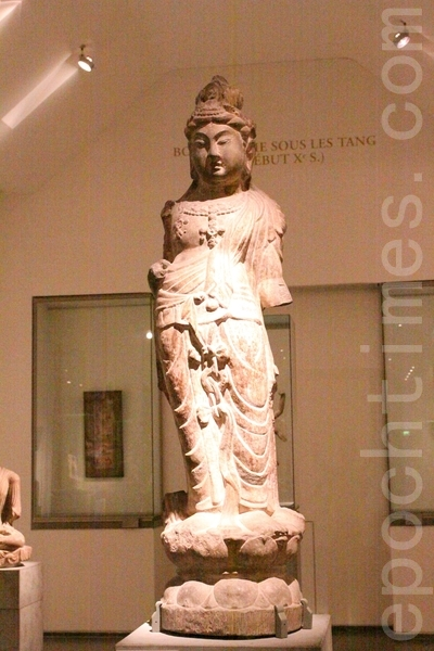 初唐公元7世纪的石灰岩观音菩萨立像。由法国人Michel David-Weill于2002捐赠予博物馆。(吴沃/大纪元)