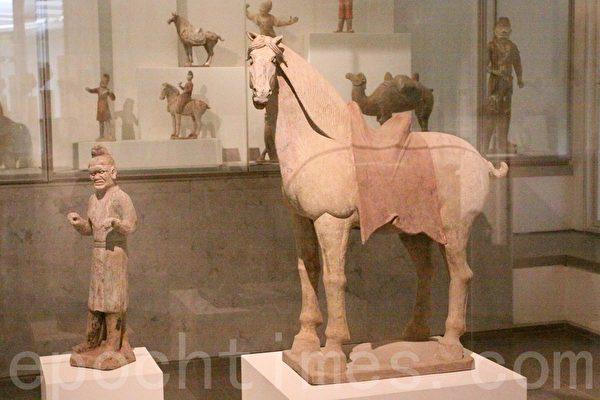 唐朝八世纪中国北方彩绘马和湖人马伕俑。(吴沃/大纪元)