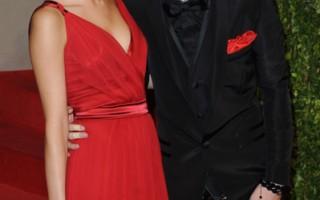 2011年小贾斯汀与赛琳娜合影于《名利场》奥斯卡晚会。(RICH SCHMITT/AFP/Getty Images)