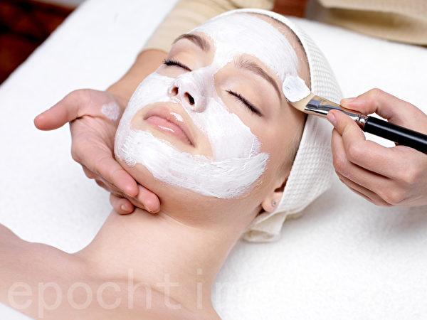 潔面後將調製好的面膜敷於臉上,避開眼部及唇部周圍,靜置15分鐘。(Fotolia)