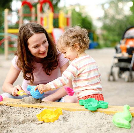 儿童教育作家布兰克森建议家长们让孩子学会感恩和微笑;让孩子每天花几分钟记录下一天之中的积极经历;每天至少陪孩子玩上15分钟。(Fotolia)