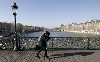 横跨法国巴黎塞纳河的艺术桥(Pont des Arts)上的爱情锁。(ALEXANDER KLEIN / AFP)