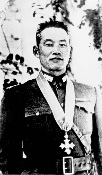 第一次反攻缅北,孙立人将军所属新38师解救英军7,000人,缔造仁安羌大捷,获英皇颁赠大英帝国司令(C.B.E)勋章。图为孙立人将军于1943年在印度比哈尔省之兰溪受勋。(罗广仁提供)(中央社)