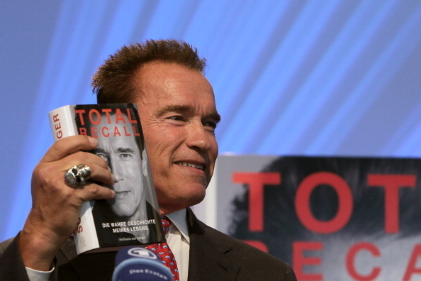 德裔影星施瓦辛格后移民美国,甚至担任了加州州长。图为他在2012年的德国法兰克福书展介绍自己的自传。(Hannelore Foerster/Getty Images)
