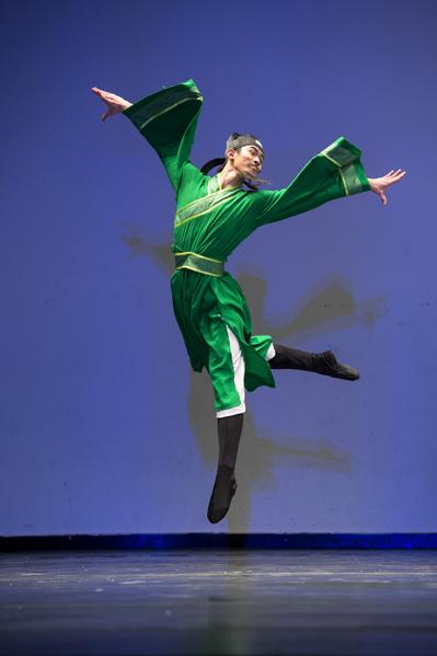 少年男子组金奖陈厚任,他表演的剧目是《月下独酌》。(戴兵/大纪元)