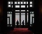 """今年的""""马年闰九月""""引起民众关注。玄学家认为,闰月也易出现动荡政局。(Photo by Lintao Zhang/Getty Images)"""