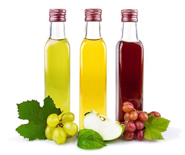新鮮蘋果與葡萄可以泡在天然釀造的米醋裏經過三個月即成水果醋。(Fotolia)