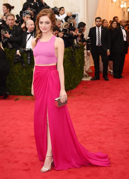 2014年5月5日,艾玛•斯通出席纽约大都会博物馆时装学院慈善晚宴。(Larry Busacca/Getty Images)