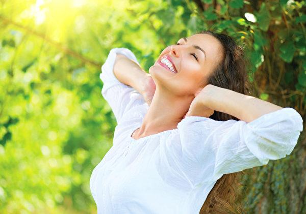 在阳光绿树的环境里运动心情愉快消除慢性压力,提升器官再生能力。(fotolia)