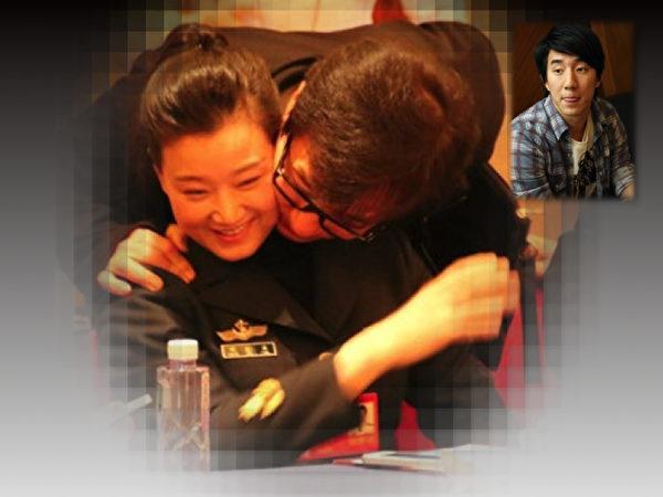 今年3月,成龍在中國全國政協會場,搭著宋祖英的肩並彎身面貼面的照片,隨著成龍兒子房祖名吸毒事件的爆發,再度引發外界熱議。(大紀元合成圖片)