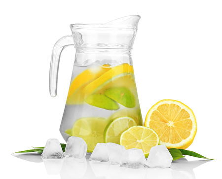 冷水用石灰,檸檬和冰塊(Fotolia)
