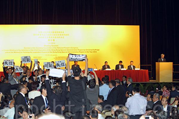 英記者嗆香港愛國愛黨論 民間質疑中共執政合法性