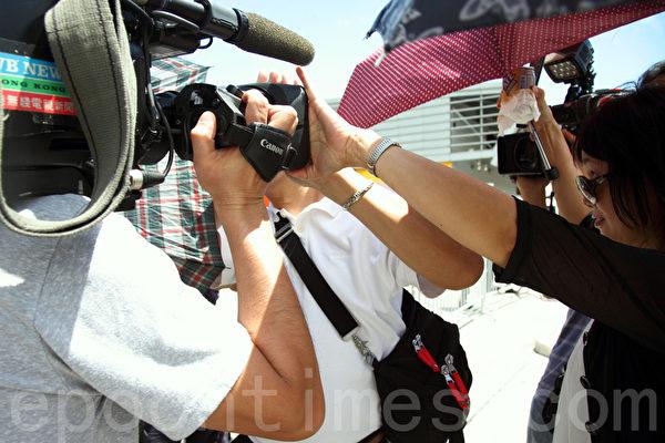 中共人大8月31日扼殺香港真普選,人大常委會副秘書長李飛9月1日在亞洲博覽館簡介人大決定,支持人大決定的親共人士場外與採訪的記者發生衝突。(潘在殊/大紀元)
