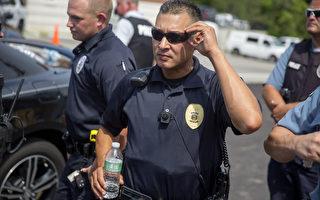 在佛格森30日的1場抗議活動中,媒體拍到維持秩序的員警身上,配帶了小型攝影機。(Aaron P. Bernstein/Getty Images)
