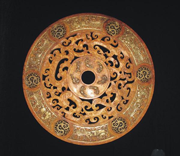 西汉时期黄玉嵌铜鎏金镂空龙凤马车纹饰璧--双环璧。(图:华扬国际提供)