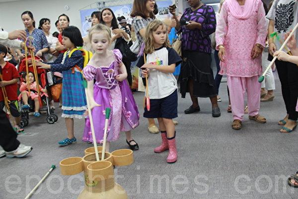 2014年9月2日,韓國首爾舉辦移居民中秋慶典,以韓國傳統的民俗慶典方式迎接中秋節。圖為投壺遊戲。(朴蓮/大紀元)
