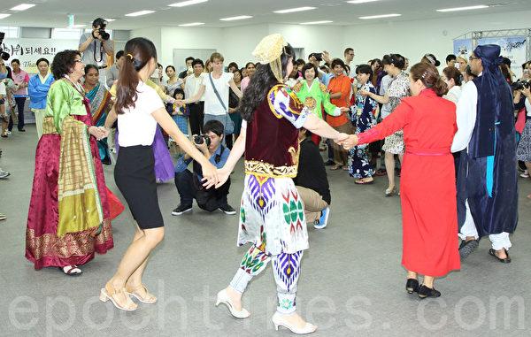 2014年9月2日,韓國首爾舉辦移居民中秋慶典,以韓國傳統的民俗慶典方式迎接中秋節。圖為韓國傳統民謠演唱《羌羌水越來》。(全宇/大紀元)