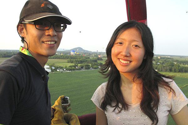本文作者的女儿(右)和所乘热气球的飞行员,来自台湾的Martin Lin(林沅霆)合影。(本文作者提供)