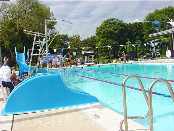 设施齐全的室外游泳池(李文笛/大纪元)