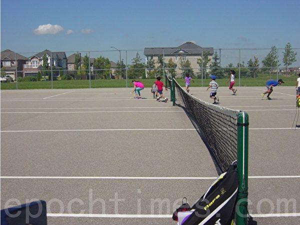 暑假期间孩子们参加在网球场办的体育班。(李文笛/大纪元)