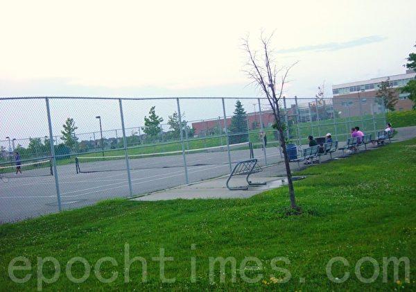 网球场外面有连椅供观众坐。(李文笛/大纪元)