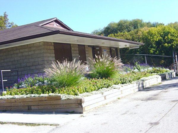这个鲜花环绕的漂亮房子是某公园的公共厕所。(李文笛/大纪元)