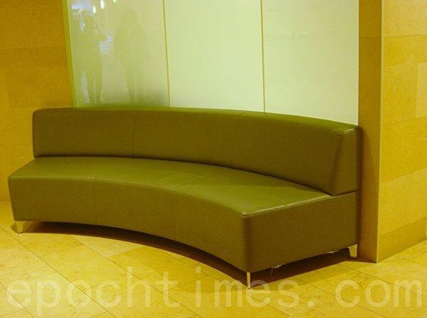某公厕外面摆设的供顾客等人的沙发。(李文笛/大纪元)