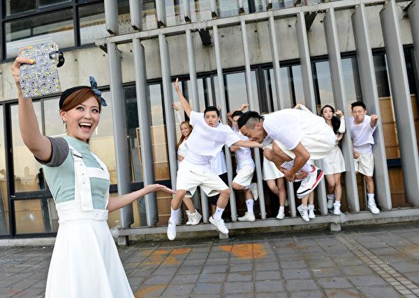 卓文萱拍摄《啾咪啾咪》MV。(滚石唱片提供)