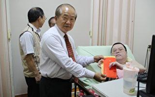 副市长李锡津感谢伤残军人贡献,颁发庄吉雄103年中秋节慰问金。(嘉义市政府提供)