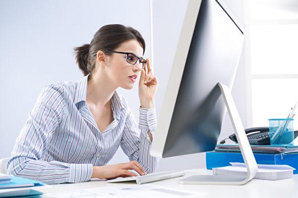 上班族面對繁忙的工作,爭取加薪有技巧。(Fotolia)