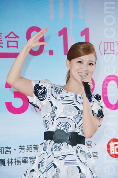 """卓文萱出席活动时大跳""""啾咪舞"""",打歌兼为台湾祈祷。(黄宗茂/大纪元)"""