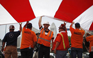 2014年5月1日,洛杉矶建筑工人在市政府前呼吁进行移民改革。 (David McNew/Getty Images)